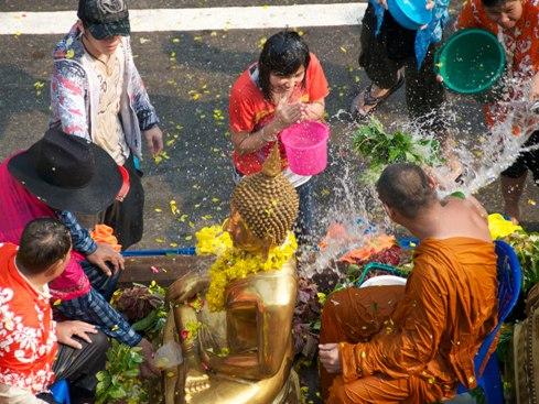 Le hoi te nuoc thai lan songkran
