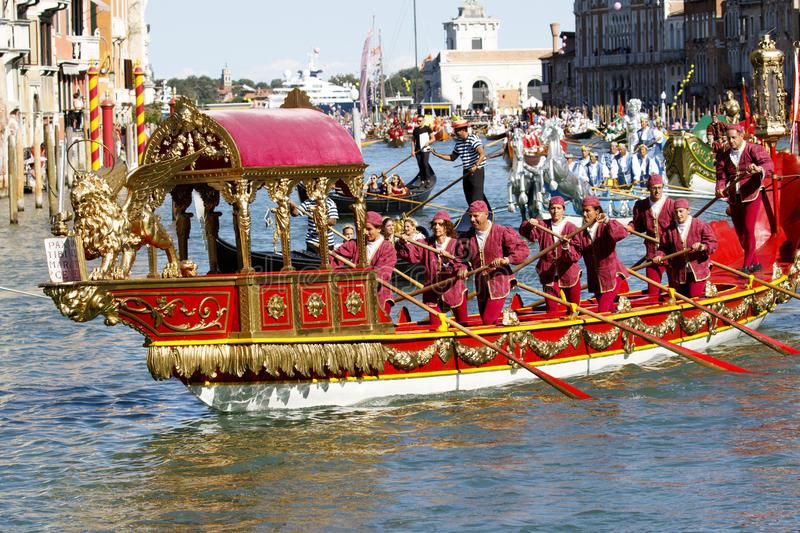 Photo of Độc đáo lễ hội đua thuyền quý tộc tại thành phố Venice, Italia